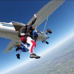 Verslaggever-Jeroen-Berkenbosch-springt-uit-het-vliegtuig-Foto-Skydive-Eelde-Hoogeveen